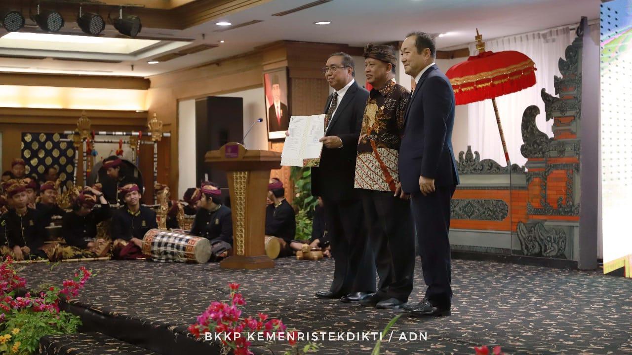 https: img-o.okeinfo.net content 2019 08 26 65 2096729 rektor-asing-pertama-di-indonesia-menristekdikti-kenalkan-mr-cho-34TzvVV2wQ.jpeg