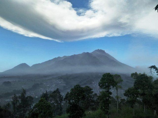 https: img-o.okeinfo.net content 2019 08 27 510 2097456 gunung-merapi-muntahkan-awan-panas-sejauh-2-km-masyarakat-diminta-tenang-XghZVn048O.jpg