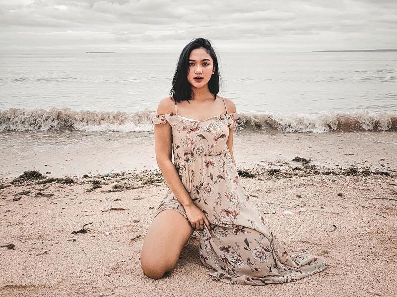 https: img-o.okeinfo.net content 2019 08 30 194 2098608 tak-pakai-bikini-5-ootd-marion-jola-di-pantai-tetap-seksi-menggoda-r3CIYiEZ7O.jpg