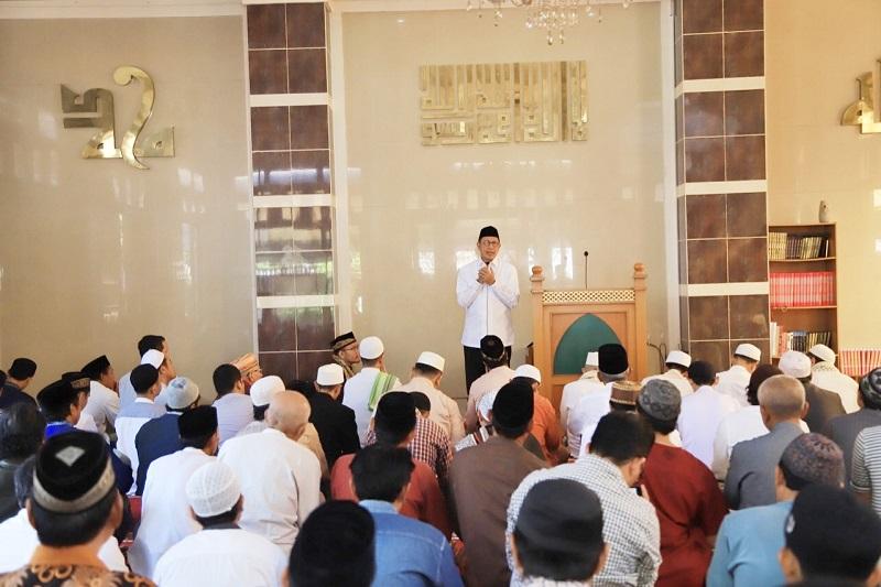 https: img-o.okeinfo.net content 2019 08 30 614 2098786 viral-foto-kebaktian-di-depan-masjid-menag-sungguh-menyejukkan-2qIqrgLrcV.jpg