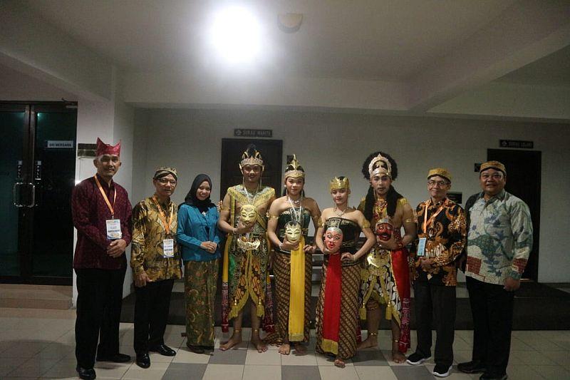 https: img-o.okeinfo.net content 2019 08 30 65 2098495 delegasi-fib-uns-raih-penampil-budaya-terbaik-di-malaysia-VkxP2v2bjC.jpg