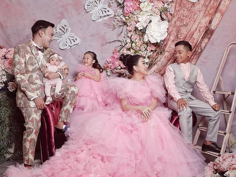 https: img-o.okeinfo.net content 2019 09 04 194 2100464 keluarga-ruben-onsu-photoshoot-bernuansa-pink-sarwendah-cantik-bak-putri-dongeng-FawJ5dXRLf.jpg