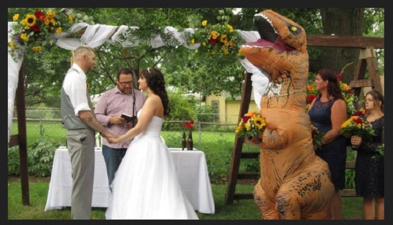 https: img-o.okeinfo.net content 2019 09 04 194 2100644 kisah-viral-mempelai-wanita-didampingi-t-rex-saat-menikah-sAclrtYdQt.jpg