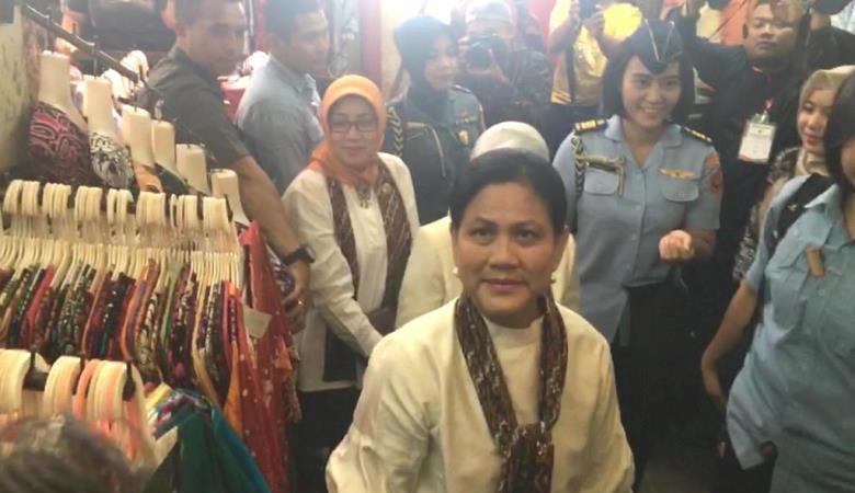 https: img-o.okeinfo.net content 2019 09 06 337 2101361 iriana-jokowi-belanja-batik-di-pasar-beringharjo-uDVnafgIfg.jpg