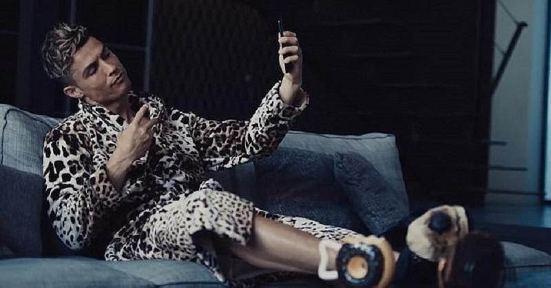 https: img-o.okeinfo.net content 2019 09 07 194 2101743 seksinya-cristiano-ronaldo-pakai-jubah-motif-leopard-eJgkhVWZoT.jpg