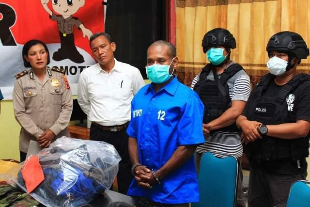 https: img-o.okeinfo.net content 2019 09 09 340 2102644 bawa-amunisi-sajam-pria-ini-ditangkap-di-pelabuhan-biak-papua-FINMvpBnOP.jpg