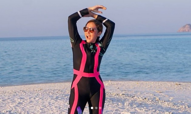 https: img-o.okeinfo.net content 2019 09 10 406 2102941 pakai-swimsuit-maia-estianty-berpose-bak-duyung-di-labuan-bajo-P6coK9D3r6.jpg