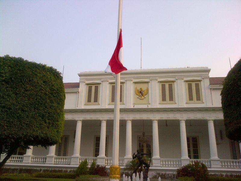 https: img-o.okeinfo.net content 2019 09 11 337 2103647 pemerintah-imbau-masyarakat-kibarkan-bendera-setengah-tiang-hingga-14-september-0tJoqtbmdV.jpg