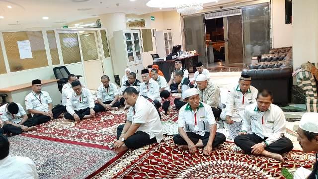 https: img-o.okeinfo.net content 2019 09 12 398 2103747 petugas-haji-di-arab-saudi-gelar-salat-gaib-dan-tahlil-untuk-bj-habibie-Bl4yeejBhb.jpg