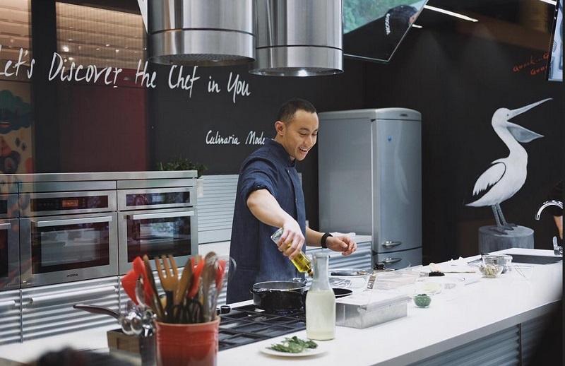 https: img-o.okeinfo.net content 2019 09 13 298 2104607 pergi-ke-luar-negeri-chef-yuda-bastara-sering-bekal-bahan-masakan-sendiri-1VIvI9nqWs.jpg