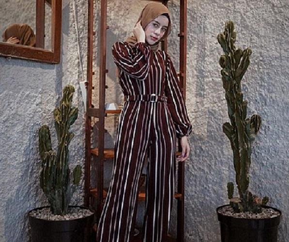 https: img-o.okeinfo.net content 2019 09 13 614 2104551 5-inspirasi-hijab-jumpsuit-agar-jalan-jalan-kamu-makin-asyik-oASsH6cCfD.jpg