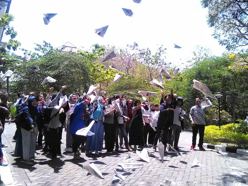 https: img-o.okeinfo.net content 2019 09 13 65 2104442 beri-penghormatan-terakhir-bj-habibie-mahasiswa-isi-terbangkan-pesawat-kertas-pBsFTS3sSQ.jpg