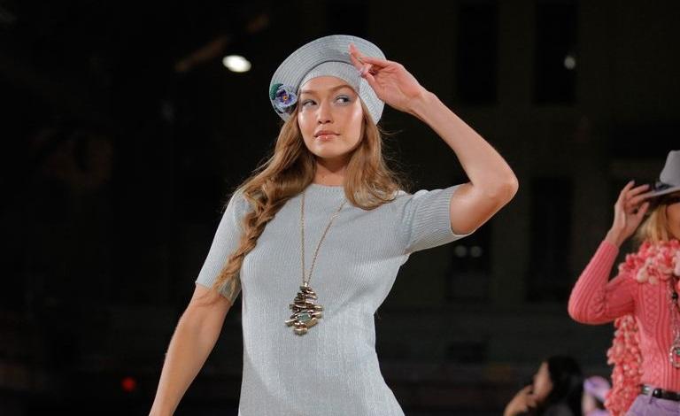 https: img-o.okeinfo.net content 2019 09 14 194 2104782 hak-sepatu-patah-gigi-hadid-nyeker-di-new-york-fashion-week-FygL0zrjsg.jpg