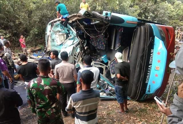 https: img-o.okeinfo.net content 2019 09 16 340 2105641 bus-tabrak-truk-tangki-di-lampung-9-orang-tewas-mengenaskan-t7pJjYBb69.jpg