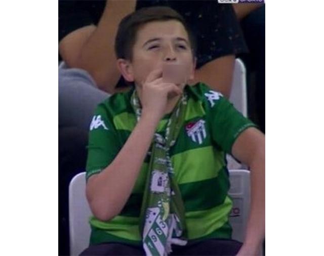 https: img-o.okeinfo.net content 2019 09 17 18 2106126 bocah-merokok-di-tribun-stadion-hebohkan-warganet-ternyata-36-tahun-RrypgmwfbH.jpg