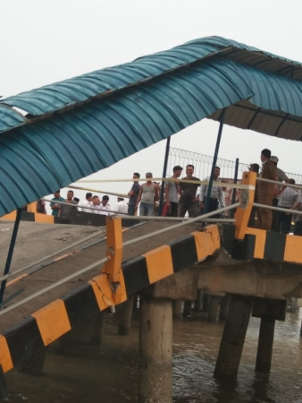 https: img-o.okeinfo.net content 2019 09 17 337 2106013 jembatan-dermaga-roro-di-siak-roboh-seorang-pegawai-dishub-hilang-65X6RKP5UM.jpg