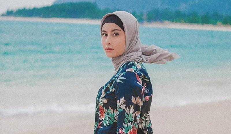 https: img-o.okeinfo.net content 2019 09 17 617 2105823 tampil-mengenakan-hijab-awkarin-hijrah-0wWMgUd94s.jpg