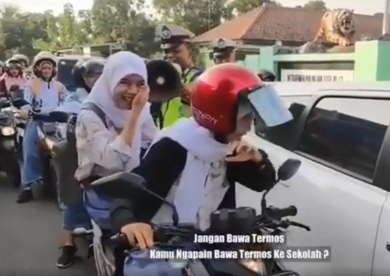 https: img-o.okeinfo.net content 2019 09 21 337 2107587 viral-siswi-bonceng-motor-tanpa-helm-bawa-termos-reaksi-polisi-bikin-ngakak-fRw4ExwKdh.jpg