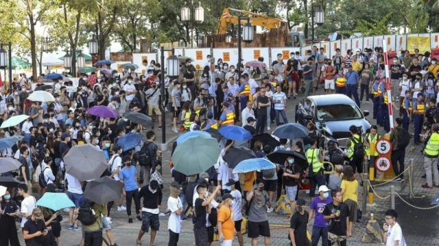 https: img-o.okeinfo.net content 2019 09 23 18 2108203 massa-pro-demokrasi-kepung-menteri-hong-kong-yang-terjebak-di-mobil-OmdKQskqil.jpg