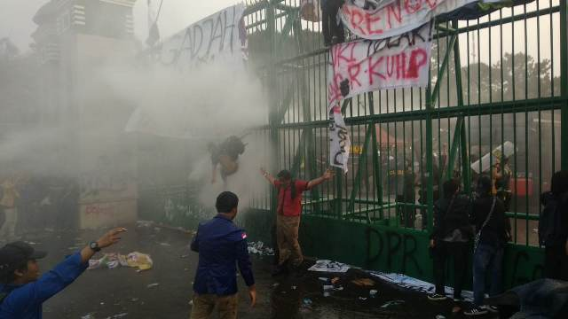 https: img-o.okeinfo.net content 2019 09 24 337 2108736 demo-di-depan-dpr-ricuh-polisi-tembakkan-gas-air-mata-ke-mahasiswa-aaFNaWblGi.jpg