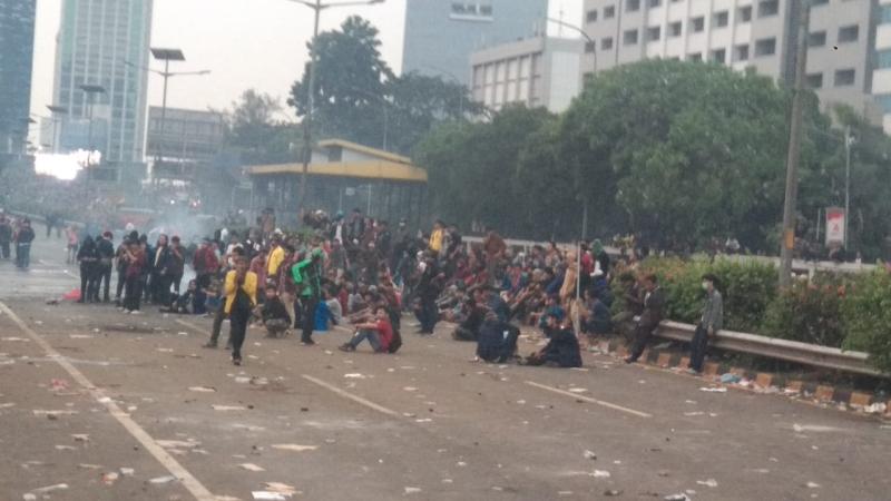 https: img-o.okeinfo.net content 2019 09 24 337 2108798 dipukul-mundur-sebagian-mahasiswa-bertahan-di-jalan-tol-dalam-kota-twQrF1n3k8.jpg