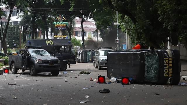 https: img-o.okeinfo.net content 2019 09 24 337 2108842 demo-mahasiswa-ricuh-di-medan-sejumlah-mobil-polisi-dirusak-hy7bBPuFpU.jpg