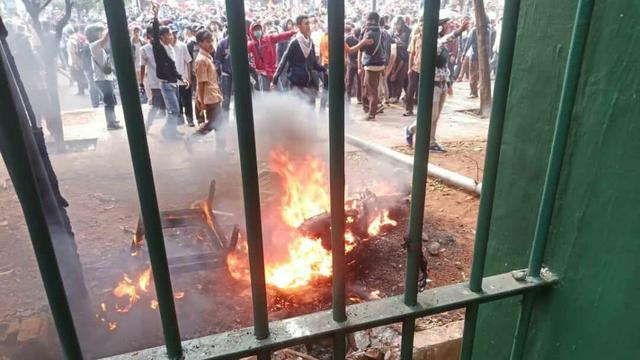 https: img-o.okeinfo.net content 2019 09 26 337 2109532 fahri-hamzah-minta-polisi-usut-massa-yang-membakar-motor-reporter-okezone-Pivf86o9kH.jpg