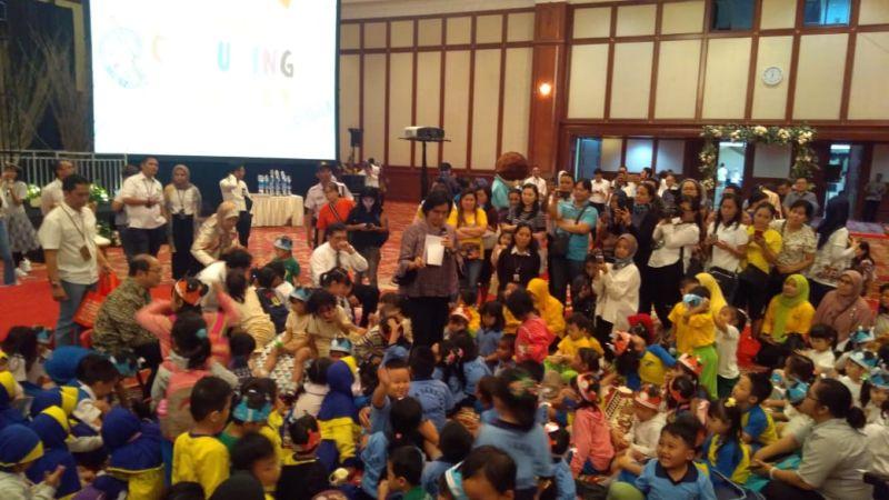 https: img-o.okeinfo.net content 2019 09 30 320 2110961 berbalut-batik-abu-abu-sri-mulyani-jadi-eyang-di-depan-anak-anak-tk-FtbGBE55aP.jpg