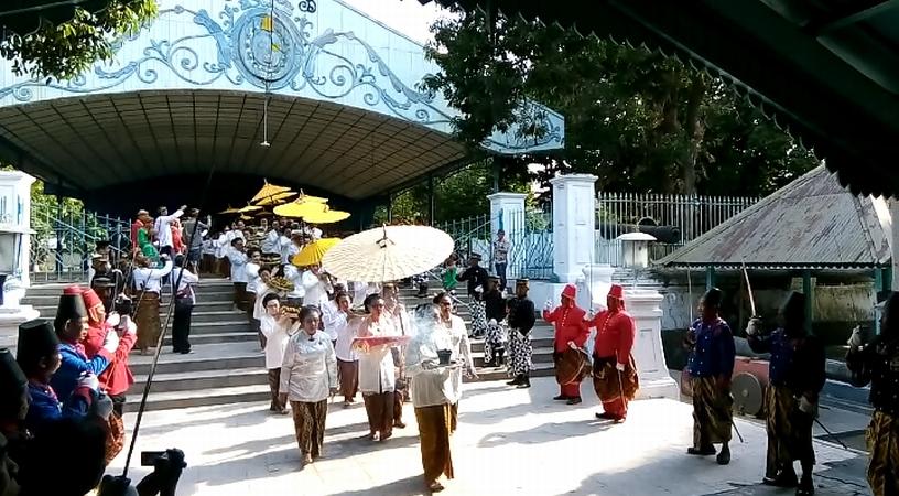 https: img-o.okeinfo.net content 2019 10 02 512 2111752 5-000-warga-tumpah-ruah-hadiri-haul-sultan-agung-di-keraton-surakarta-H65navEob0.jpg