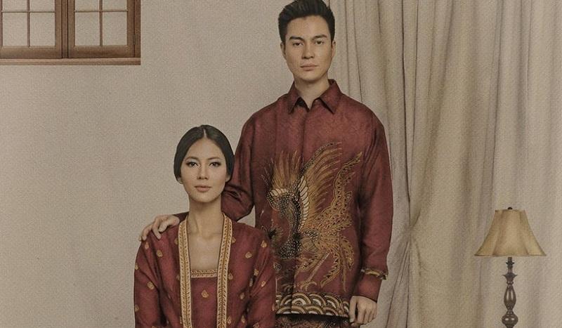 https: img-o.okeinfo.net content 2019 10 03 194 2112242 gaya-baim-wong-dan-paula-verhoeven-kompak-kenakan-sarung-motif-batik-aPEiCfbAqC.jpg