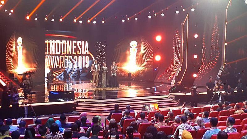 https: img-o.okeinfo.net content 2019 10 03 337 2112587 indonesia-awards-2019-berikan-30-penghargaan-untuk-insan-terbaik-7QYUW4ock2.jpg
