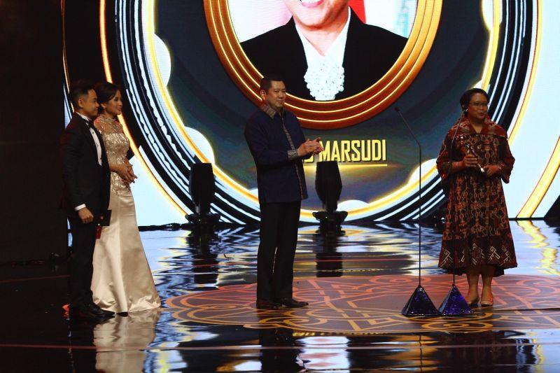 https: img-o.okeinfo.net content 2019 10 03 337 2112659 hary-tanoe-ucapkan-selamat-kepada-penerima-penghargaan-indonesia-awards-2019-DlZ2GjhXWV.jpg