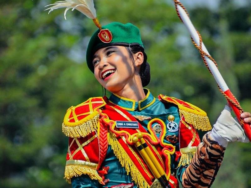 https: img-o.okeinfo.net content 2019 10 04 194 2112937 hut-ke-74-tni-pesona-5-tentara-cantik-yang-senyumnya-bikin-pria-bertekuk-lutut-Amp0sPll36.jpg
