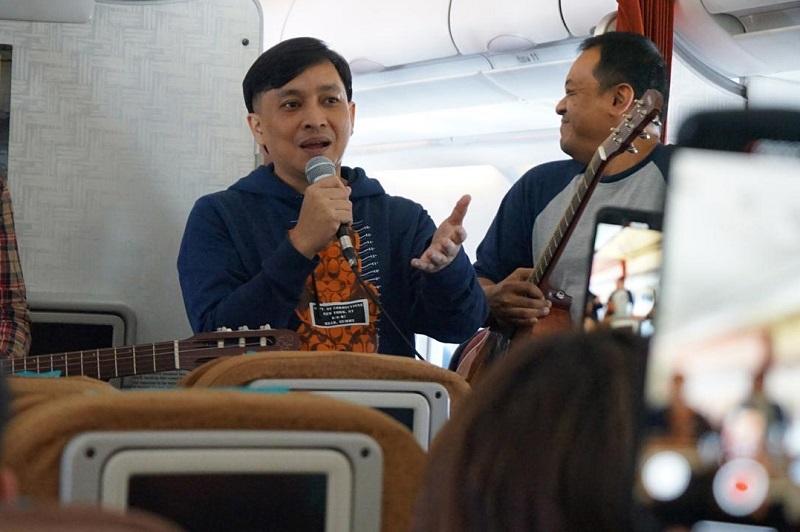 https: img-o.okeinfo.net content 2019 10 05 205 2113287 yovie-widianto-dan-kahitna-akustikan-di-pesawat-jelang-batik-music-festival-m43Uhvc2sa.jpeg