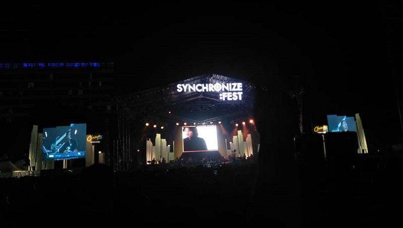 https: img-o.okeinfo.net content 2019 10 06 205 2113392 kehadiran-chrisye-di-panggung-synchronize-festival-2019-OiJ7IcAj0j.jpeg