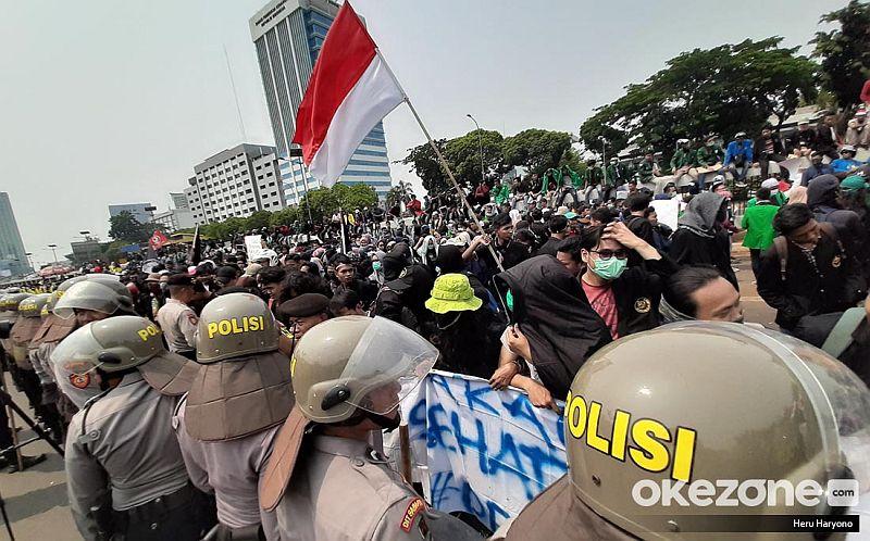 https: img-o.okeinfo.net content 2019 10 06 337 2113547 lsi-mayoritas-publik-sepakat-demo-mahasiswa-tak-ditunggangi-kepentingan-politik-bRDcb4JEcX.jpg