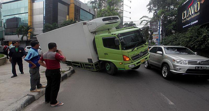 https: img-o.okeinfo.net content 2019 10 08 338 2114503 truk-terjebak-masuk-lubang-di-palmerah-saat-jakarta-hujan-deras-P6K6lcdAYV.jpg