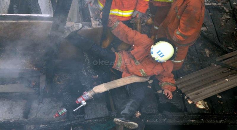 https: img-o.okeinfo.net content 2019 10 09 338 2114979 korban-kebakaran-di-cawang-patah-kaki-akibat-lompat-dari-atap-rumah-YztcO8BNxW.jpg
