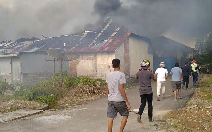 https: img-o.okeinfo.net content 2019 10 09 340 2114977 asrama-brimob-di-sumbar-terbakar-penghuni-terpaksa-mengungsi-xYVJEvPswu.JPG