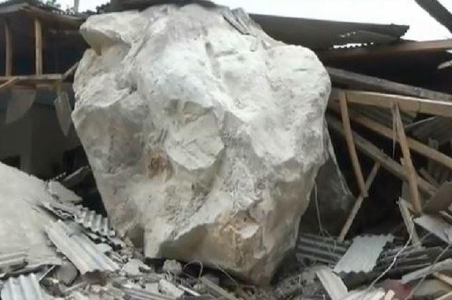 https: img-o.okeinfo.net content 2019 10 09 525 2114555 rumah-warga-purwakarta-rusak-tertimpa-batu-besar-diduga-dari-aktivitas-tambang-pRkAHKMO6T.JPG