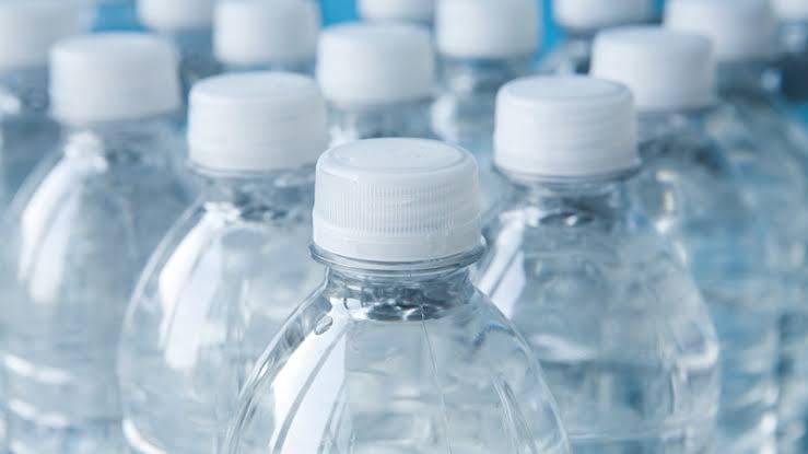 https: img-o.okeinfo.net content 2019 10 11 481 2115706 waspadai-bahaya-kandungan-bpa-di-botol-plastik-terhadap-tubuh-KQnnCw9S3D.jpg