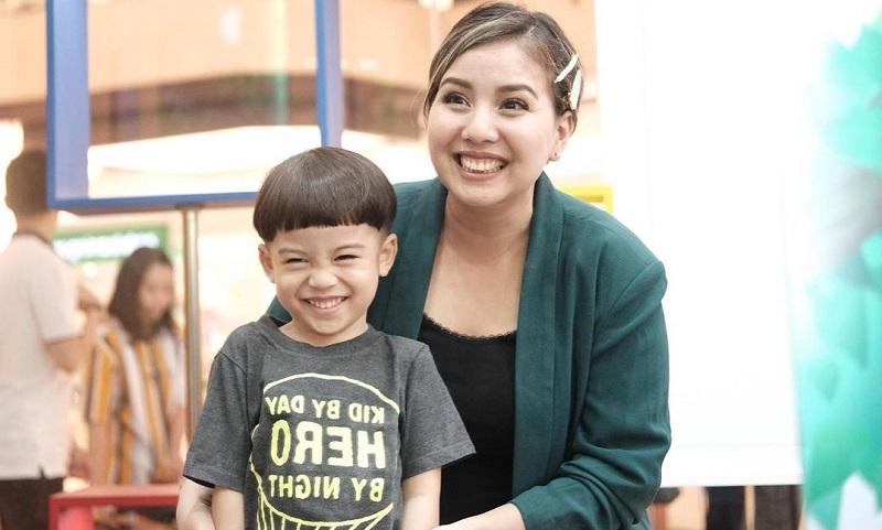 https: img-o.okeinfo.net content 2019 10 11 481 2115788 lengkapi-nutrisi-anak-tya-ariestya-sering-bekal-pure-buah-untuk-mpasi-2pKGPWocWr.jpg