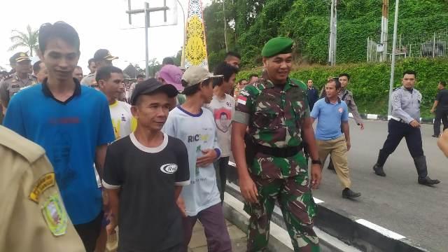 https: img-o.okeinfo.net content 2019 10 15 340 2117360 tni-bebaskan-9-wni-korban-salah-tangkap-tentara-malaysia-Dd4Kj8YqV6.jpg