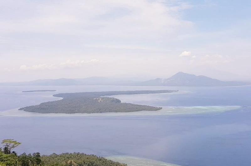 https: img-o.okeinfo.net content 2019 10 15 406 2117229 yuk-mendaki-pulau-manado-tua-nikmati-cantiknya-bunaken-dari-ketinggian-UYjnFhV21b.jpg