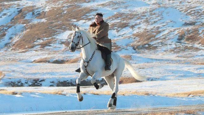 https: img-o.okeinfo.net content 2019 10 16 18 2117618 tunggangi-kuda-putih-kim-jong-un-kembali-daki-gunung-tertinggi-korea-utara-sKziwINpVp.jpg