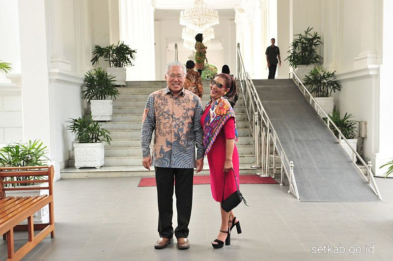 https: img-o.okeinfo.net content 2019 10 18 320 2118697 menteri-susi-gunakan-sackdress-pink-foto-bareng-mendag-di-istana-Rt8DxKp73i.jpg