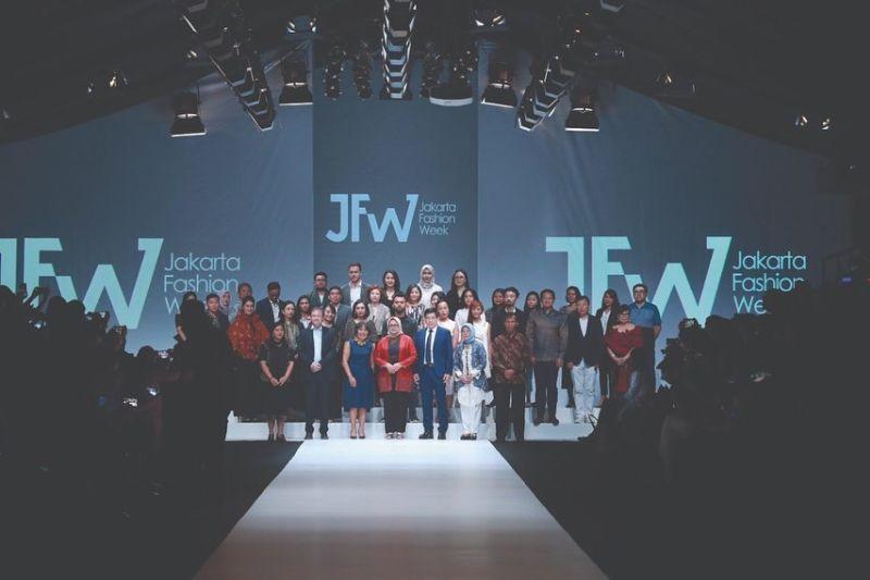 https: img-o.okeinfo.net content 2019 10 22 194 2120437 jfw-2020-desainer-muda-korea-selatan-tampilkan-modern-art-x-street-fashion-i1l5CNj2hd.jpg