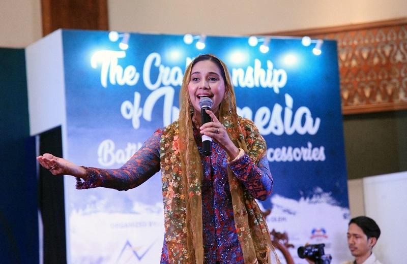 https: img-o.okeinfo.net content 2019 11 01 33 2124595 perkenalkan-budaya-indonesia-ke-dunia-ayu-azhari-dapat-penghargaan-aiRUJd2MT6.jpg