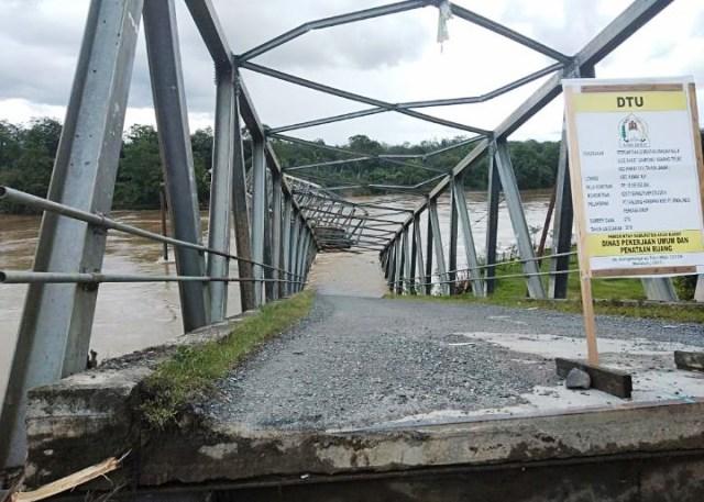 https: img-o.okeinfo.net content 2019 11 01 340 2124493 jembatan-penghubung-antar-kecamatan-ambruk-diterjang-banjir-HHs3NpqtN1.jpg