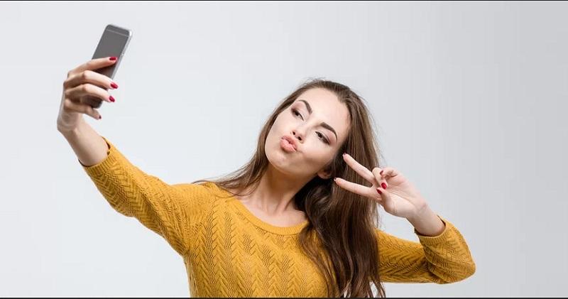 https: img-o.okeinfo.net content 2019 11 02 194 2124888 awas-foto-selfie-pose-2-jari-bisa-memicu-tindak-kejahatan-fUFj1gpaFd.jpg